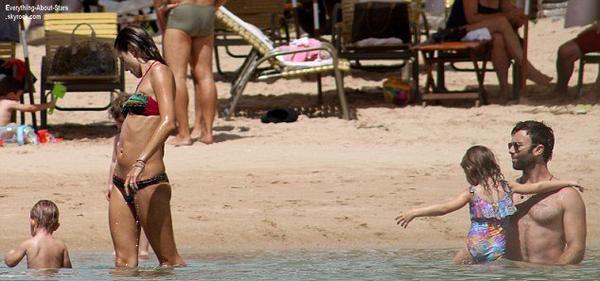 Vacances en famille pour la belle Alessandra Ambrosio, repérée sur une plage au Brésil  Le 1 Août 2013