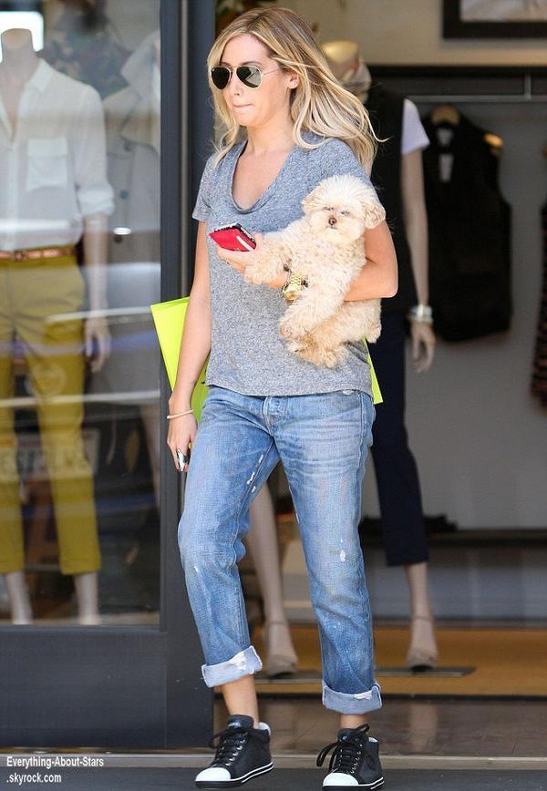 Ashley Tisdale repérée en train de faire du shopping à Planet Blue à Beverly Hills  Le 1 Août 2013
