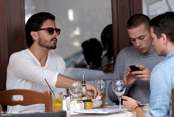 Scott Disick repérée en train de déjeuner avec des amis dans un restaurant italien à Beverly Hills  Le 2 Août 2013