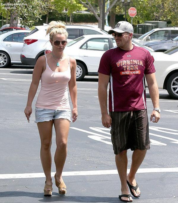 Britney Spears repérée avec son boyfriend David Lucado dans les rues de Calabasas  Le 3 Août 2013