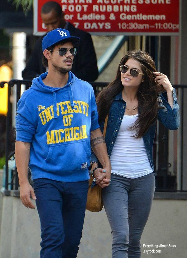 Taylor Lautner et sa nouvelle girlfriend Marie Avgeropoulous, main dans la main en train de se promener dans New York City  Le 3 Août 2013