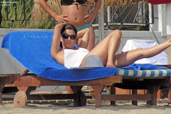 Eva Longoria et son petit ami Ernesto Arguello pendant leurs vacances à Marbella  Le 4 Août 2013