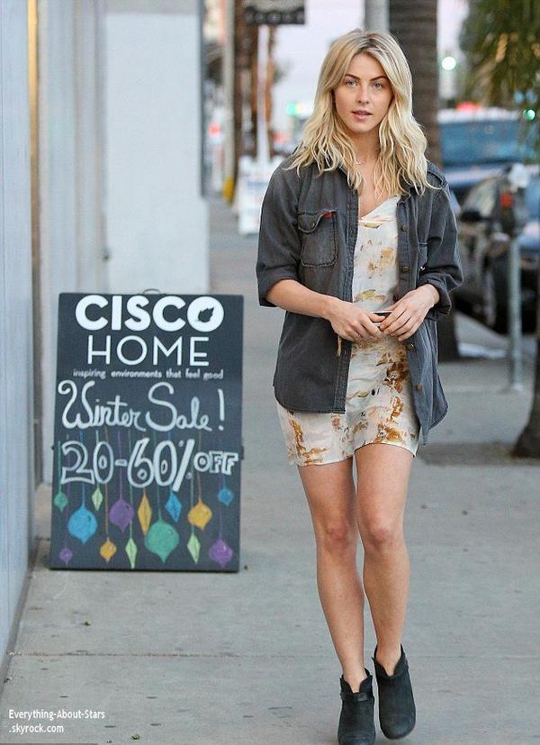02/01/14: Julianne Hough a été photographié alors qu'elle faisait du shopping dans les rues de Los Angeles