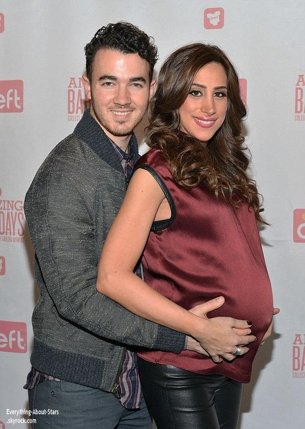 07/01/14: Kevin Jonas et sa femme Danielle aperçue au lancement de l'application Amazing Baby Days  à New York