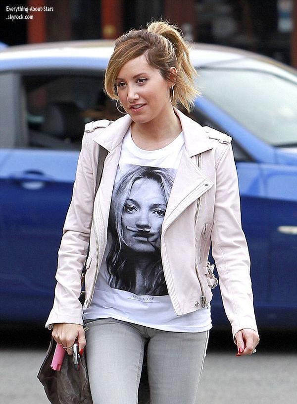21/01/14: Ashley Tisdale repérée allant déjeuner dans les rues de West Hollywood