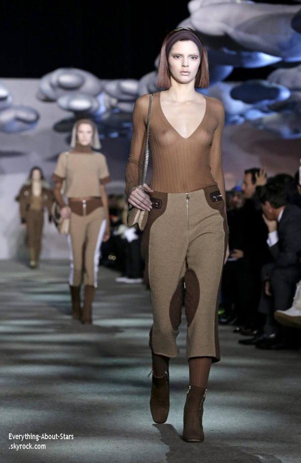 13/02/14: Kendall Jenner méconnaissable lors du défilé Marc Jacob durant la Fashion Week de New York