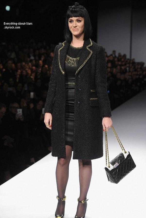 22/02/14: Katy Perry sur le podium, en train de défilé pour la marque Valentino lors de la Fashion Week de Milan en Italie