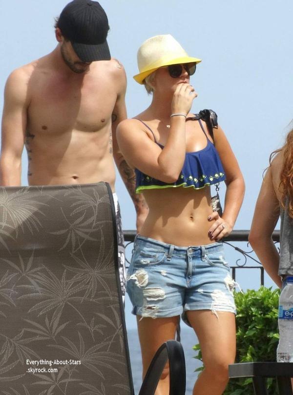 03/07/14: Kaley Cuoco aperçue en train de se détendre avec quelques amies lors de ses vacances à Mexico