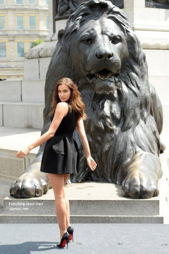 """30/06/14: Irina Shayk photographié pour le premier photocall officiel du film """" Hercule"""" dans lequel elle incarne  Megara"""