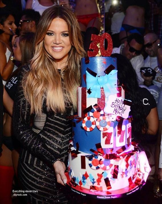 04/07/14: Khloé Kardashian et son boyfriend French Montana au club Tao de Las Vegas pour fêter les 30 ans de la belle Khloé