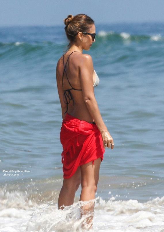04/07/14: Jessica Alba aperçue avec sa fille Honor sur une plage à Santa Barbara