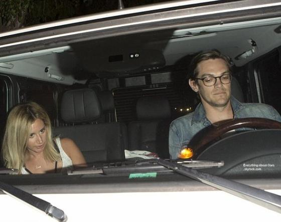 06/07/14: Ashley Tisdale et son fiancé Christopher French à la sortie du restaurant  The Village à Studio City