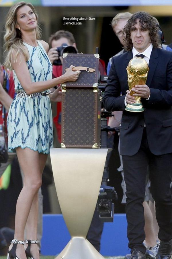 13/07/14: Gisele Bundchen  à présenter le trophée de la Coupe du Monde de football, elle était accompagnée pour l'occasion de Carles Puyol