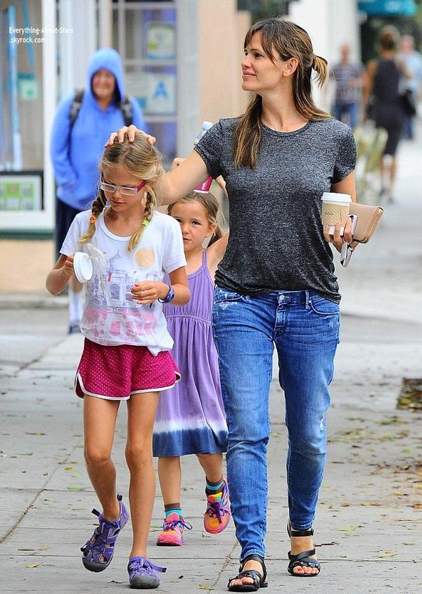 14/07/14: Jennifer Garner est allé manger une glace avec ses filles Violet et Seraphina à Santa Monica