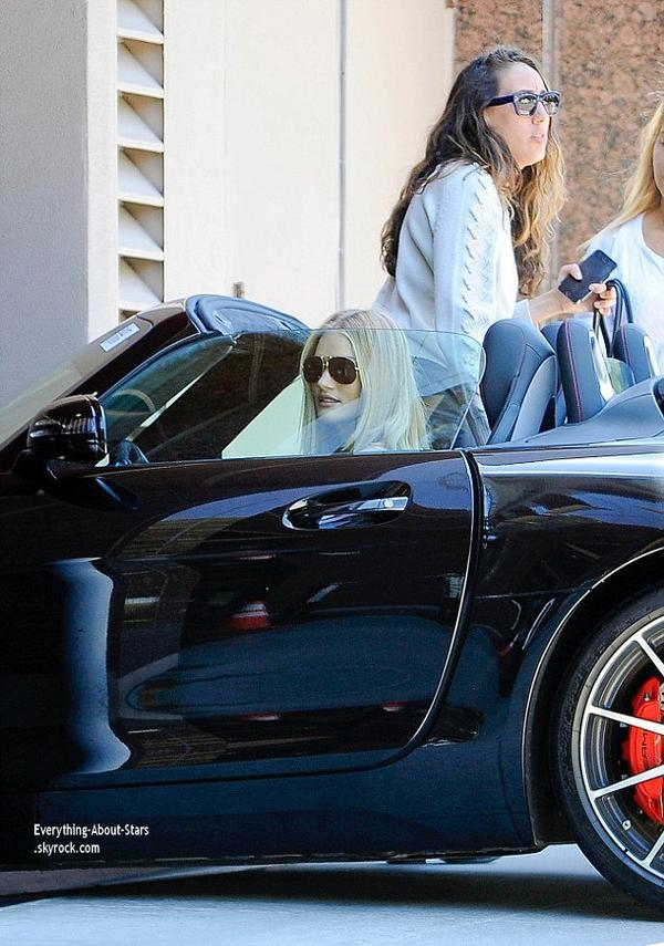 15/07/14: Rosie Huntington-Whiteley apeçue à bord de sa Mercedes Benz dans les rues de Beverly Hills