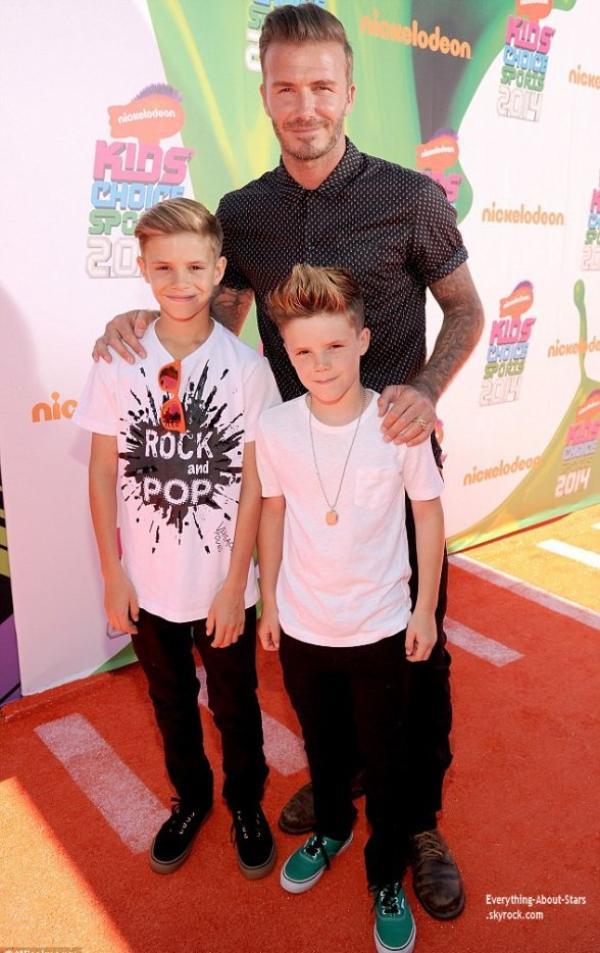 """17/07/14: David Beckham accompagné de ses fils Cruz et Roméo pour recevoir le prix de """"Sport Legend Nickelodeon Kids' Choice Awards"""" pendant les Nickelodeon Kids' Choice Sports Awards 2014 qui avait lieu au UCLA's Pauley Pavilion à Los Angeles"""