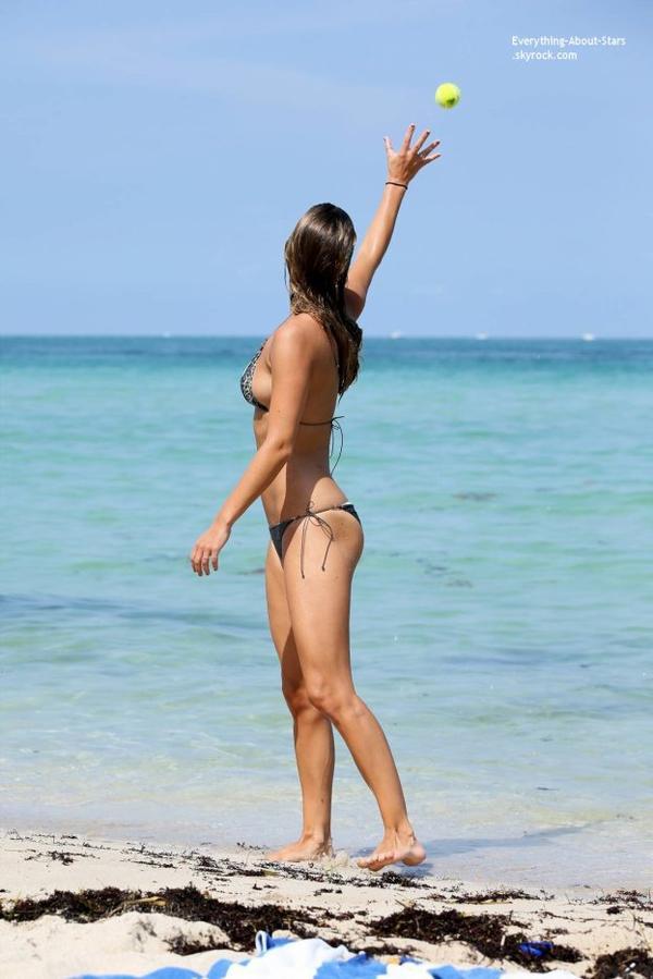 18/07/14: La belle Nina Agdal aperçue sur une plage à Miami