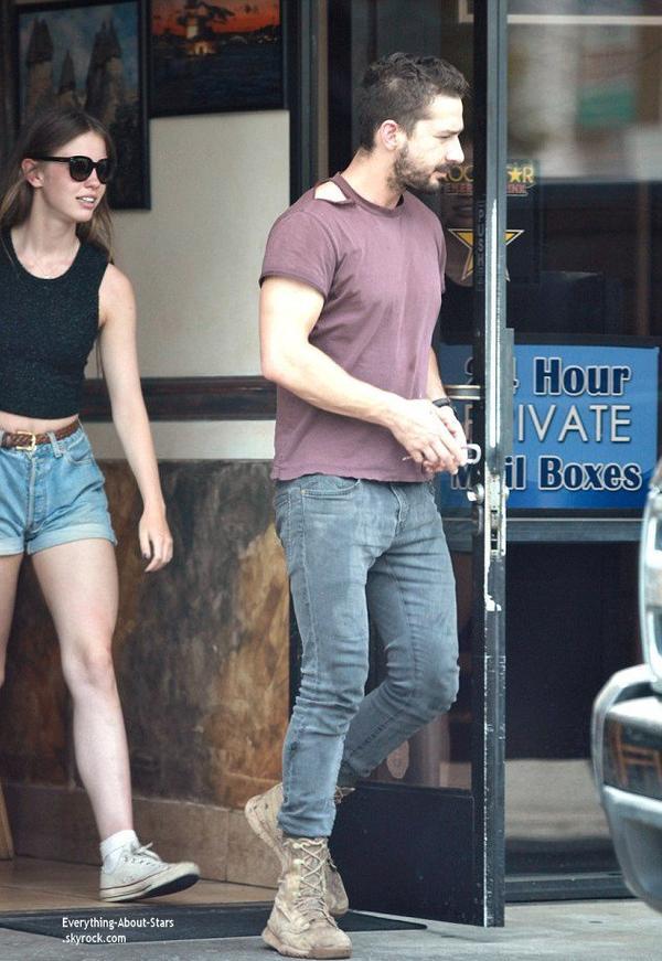 28/07/14: Shia LaBeouf aperçue avec sa girlfriend Mia Goth allant déjeuner dans les rues de Studio City