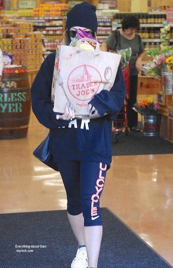 27/08/14: Vanessa Hudgens aperçue dans un supermarket à Los Angeles