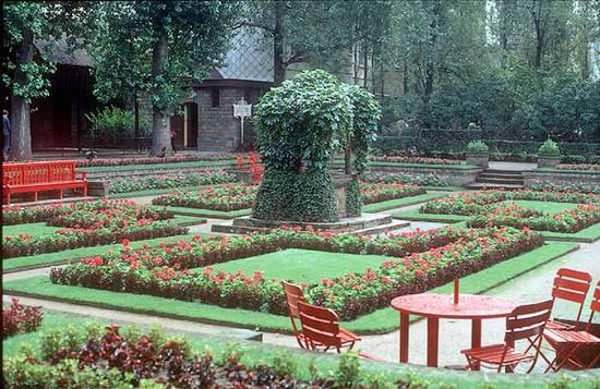 ➤ Gardens