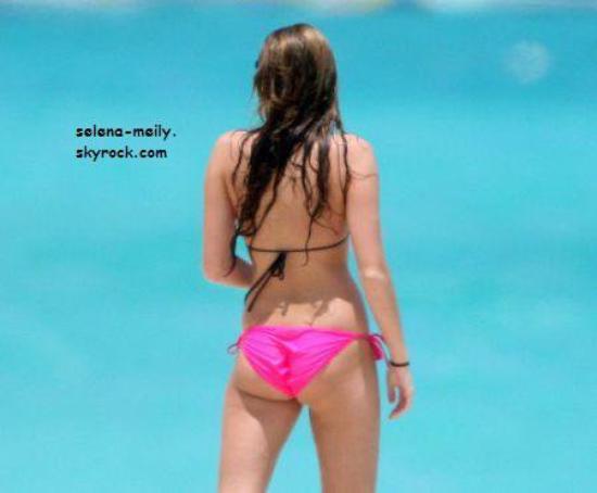 Miley Cyrus aux Bahamas en bikini