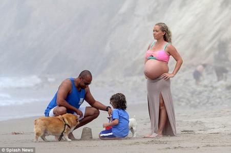 Kendra Wilkinson enceinte d'environ 8 mois!