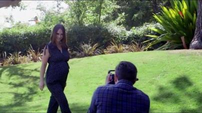 Jennifer Love Hewitt prend la pose!