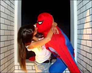 Q. : AImes-tu spiderman :) ?