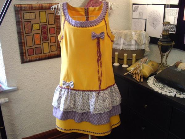 NAPPERON Raymonde  exposé et mis en valeur par la jolie robe de Babeth ornée de dentelle et de mignons petits noeuds