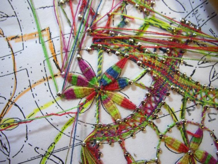 """MARIE JOSE L.   courage... ce modèle fait partie du cours """"croisement de deux toiles"""",  j'avoue il est long à réaliser mais tellement beau. Cette photo juste pour le plaisir de regarder ces  points d'esprit multicolores."""