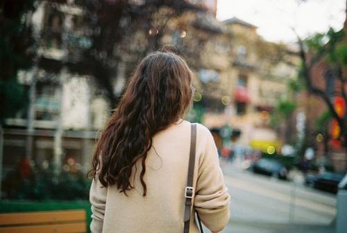 L'amour, c'est comme un élastique, tendu par deux personnes. Lorsque l'un s'en va, l'autre a mal.