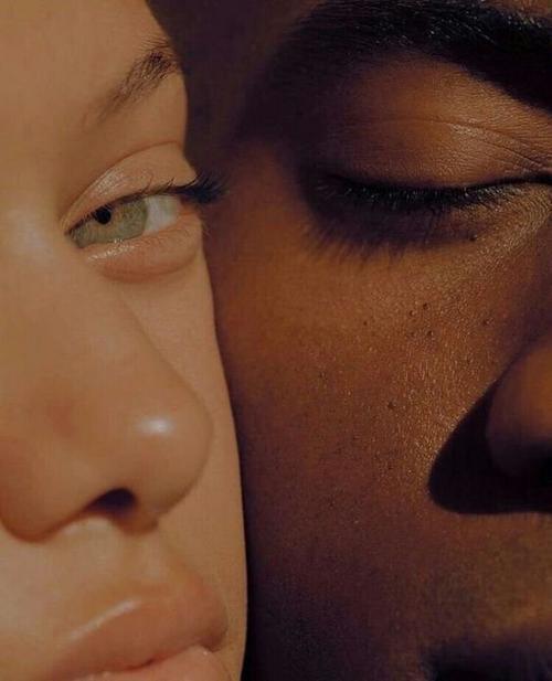 """""""L'amour est visionnaire. Il voit la divine perfection de l'être aimé au-delà' des apparences  auxquelles le regard des autres s'arrête."""" - Christiane Singer"""