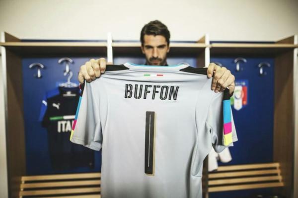 Italie - France : D'un geste, Buffon éteint les sifflets sur la marseillaise.