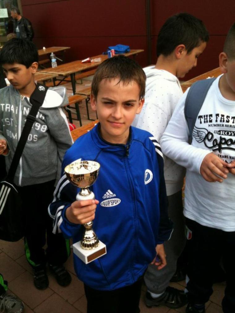 Mon fils Maxime gagne la coupe au Tournoi de Foot
