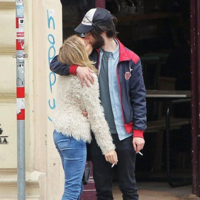 Je ne sais pas ce qui ce passe, j'ai envie de t'embrasser. T'enlacer. (Pix : Sienna Miller & son Boyfriend)