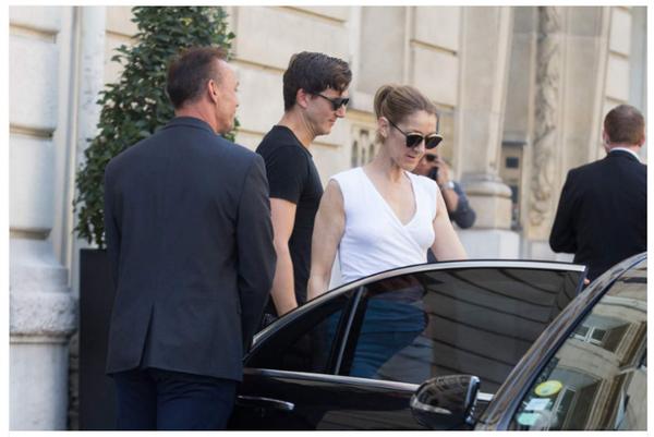 Céline Dion et son danseur Pepe Munoz quittent l'hôtel Royal Monceau pour aller déjeuner dans Paris le 7 août 2017.