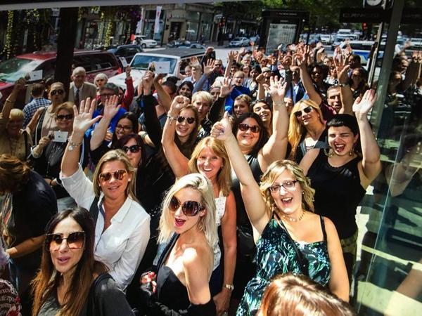 C'est aujourd'hui le lancement de #CélineDionCollection! Team Céline est déjà sur place. Et nos supers fans aussi! Venez nous rejoindre au Browns Shoes! Hâte de vous rencontrer. 😉👜