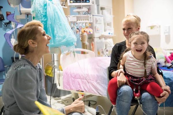 Fidèle à elle-même et à la promesse qu'elle et René Angelil ont faite à la Fondation Sainte-Justine à Montréal, Céline s'est rendu aujourd'hui au chevet des enfants malades de l'hôpital. A chaque fois qu'elle en a l'occasion, Céline honore son statut de Marraine de la Fondation, et donne (beaucoup) d'argent et de son temps pour venir en aide au personnel et encourager les malades. On ne peut pas être plus fiers de toi Céline. Merci! ❤️👑