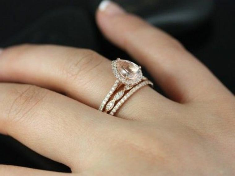 Une bague de mariage en diamants.