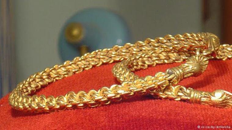 Le kholkhal est un bijou traditionnel pour femmes, une sorte de bracelet pour les pieds qui se met au niveau de la cheville. Ce bijou berbère doré faisait partie de la dot qu'offrait l'homme à son épouse
