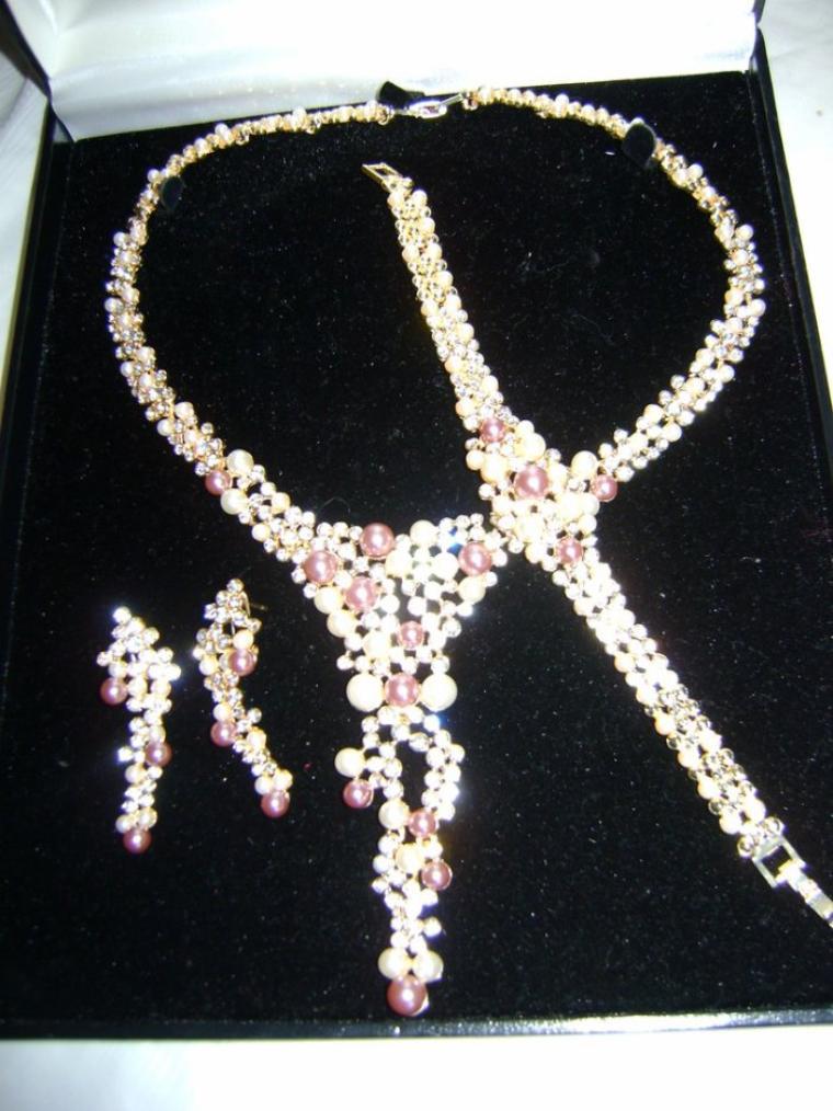 Parure à droite: Parure de perles avec boucles d'oreilles, bracelet, boucles d'oreilles couleur: rose/blanc Parure à gauche: Parure argentée avec strass blancs et bleu (b.o; bracelet, collier)