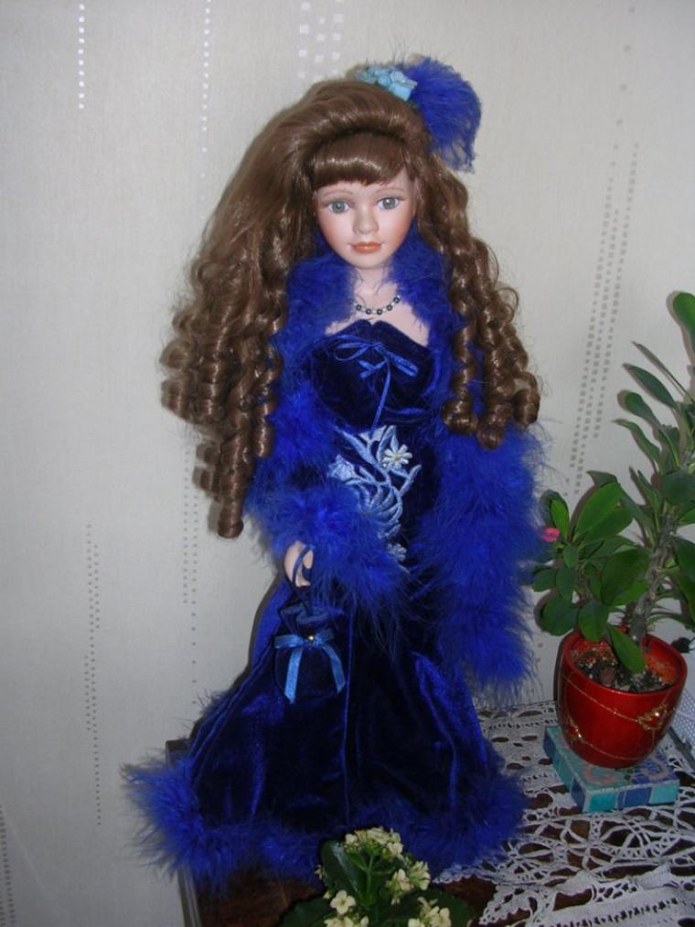 Jolie poupée en porcelaine en robe d'époque