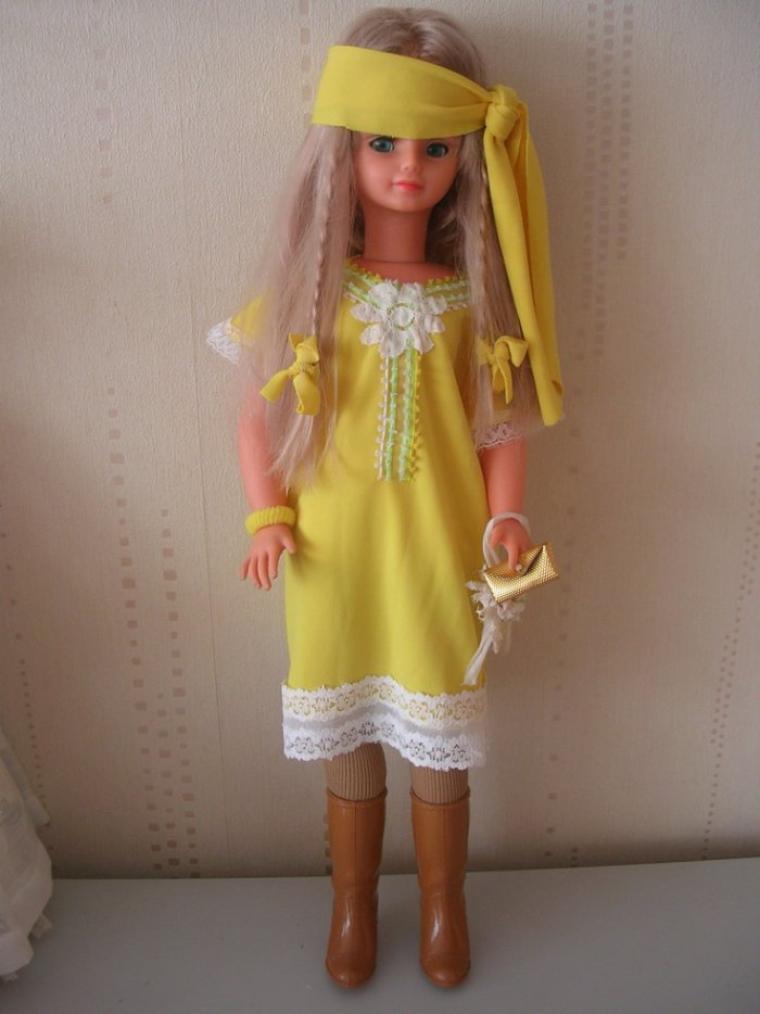Cathie dans une robe jaune faite main