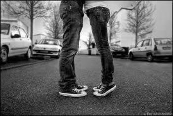 Un garçon amoureux fait tout pour fuir la fille qui lui rend le sourire