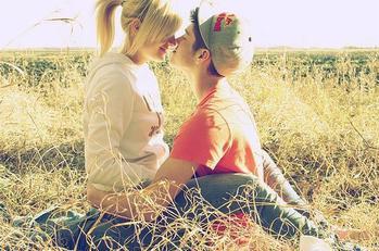 """Ce qu'il y a de plus merveilleux dans l'amour,c'est l'amour en lui-même.Je veux dire,c'est tous ces petits """"je t'aime"""",tous ces petits regards amoureux,tous ces baisers,tous ces petits gestes que l'on fait encore et encore sans s'en lasser. Ce qu'il y a de plus merveilleux dans l'amour,c'est TOI!"""