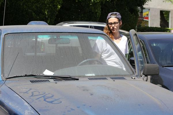 08/07/13 Un fan du Robsten marque i love ROB sur le capot de Kristen MDR !!!