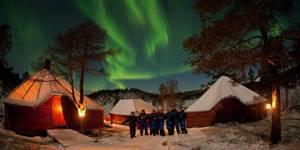 Dormir avec les loups sous les aurores boréales, c'est possible en Norvège....