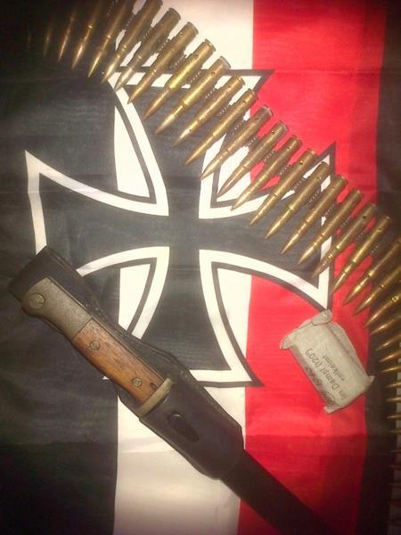 bande de MG, pansement de 1940 et baïonnette de combat.