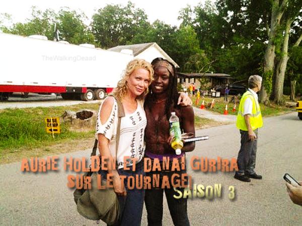Une photo de Andrea (Laurie Holden) et Michonne (Danai Gurira) sur le tournage de la saison 3