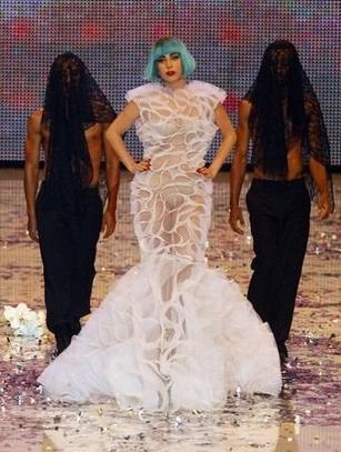 Lady GaGa interviewée par l'émission 'Red!' et le journal 'bild'.